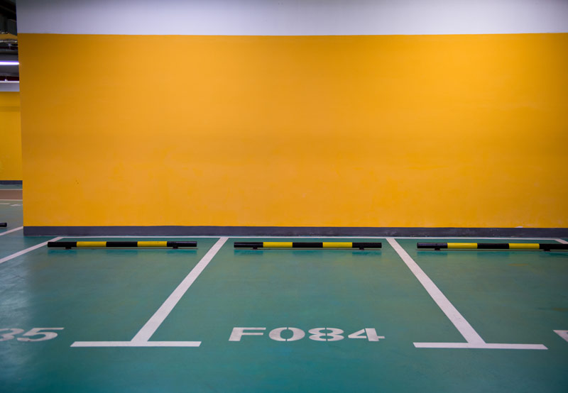 Antypoślizgowa farba do betonu na podłodze w garażu.