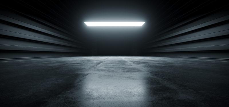 Czarna farba do betonu w garażu na posadzce i ścianach.