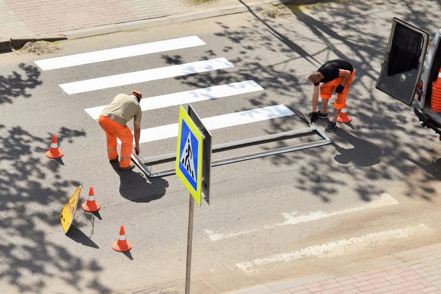 Do poziomych oznaczeń ulic często wykorzystywana jest kontrastowa (w stosunku do mokrej nawierzchni) biała farba odblaskowa.