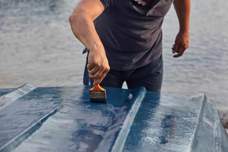 Malowanie łodzi farbą renowacyjną