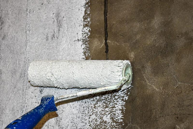 Fot. Malowanie schodów na biało, zwłaszcza w przypadku starego (ciemnego) betonu, może wymagać położenia kilku warstw farby.
