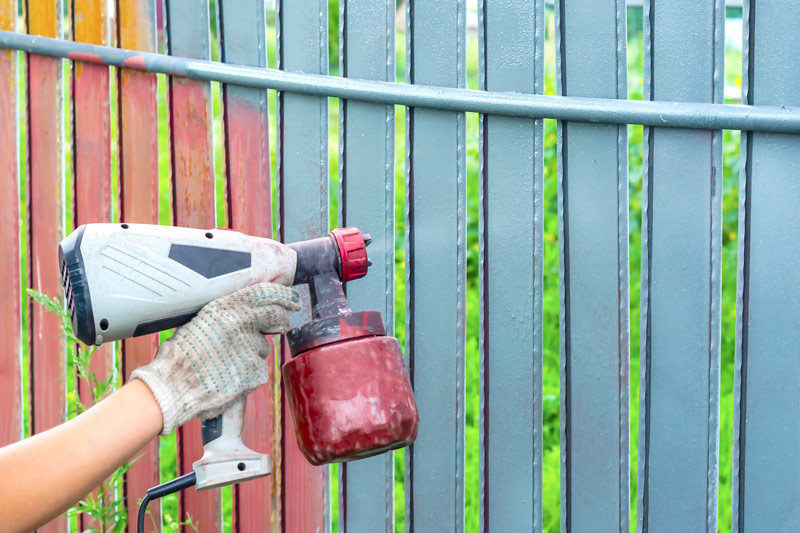 Natryskowe malowanie ogrodzenia metalowego.