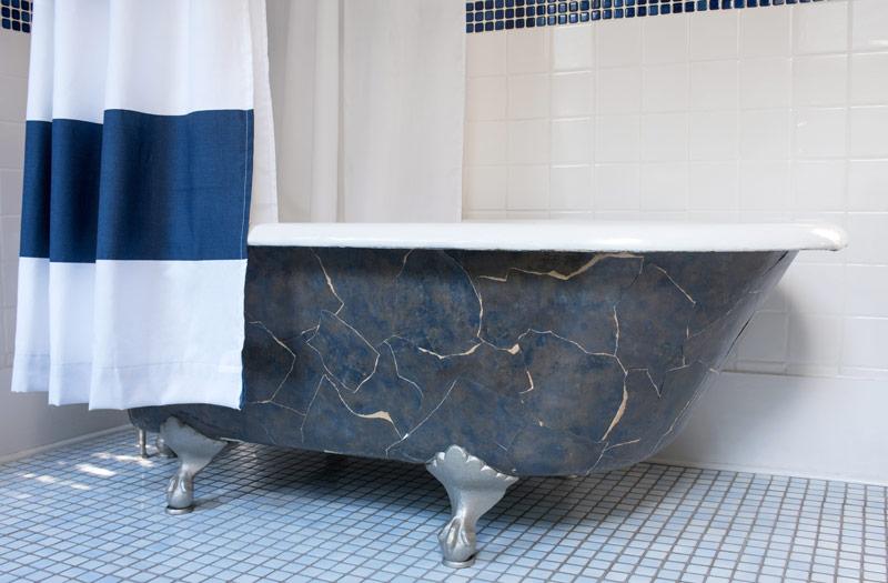 Polecaną farbą do malowania wanny żeliwnej jest emalia poliuretanowa – najlepiej dwuskładnikowa gruntoemalia, która nie wymaga podkładu.