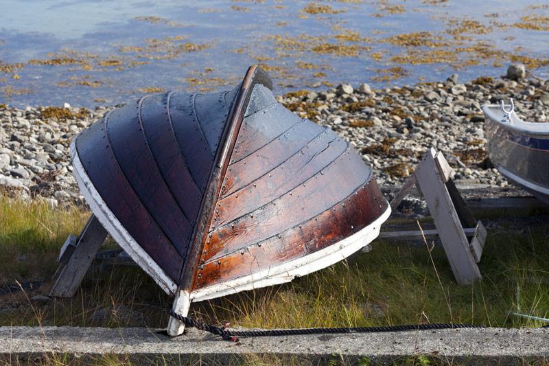 Renowacja łodzi – drewniana łódka zaimpregnowana smołą.