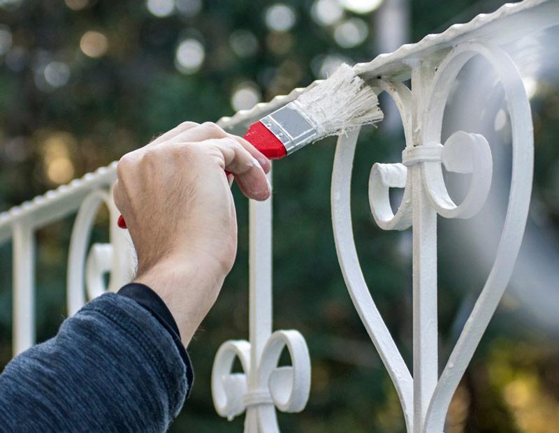 Specjalistyczną farbą chemoodporną maluje się obiekty, chroniąc je przed korozją.