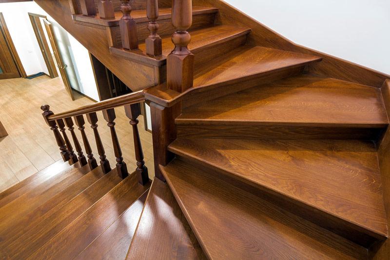 Tego typu schody drewniane powinny być malowane wraz z barierką.