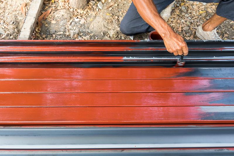 Ręczna metoda nakładania farby do dachu sprawdza się w trudno dostępnych lub niedokładnie oczyszczonych miejscach.
