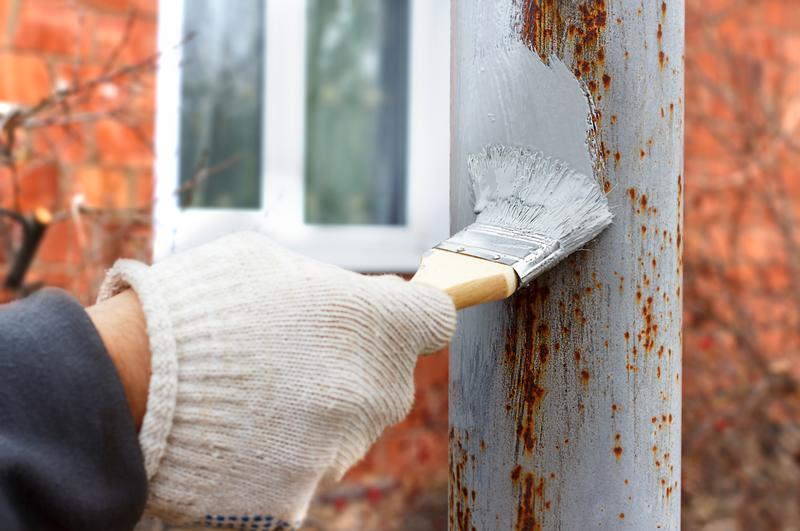 Fot. Stosując gruntoemalię, np. STAL-KOR, malowanej powierzchni nie trzeba nawet dokładnie oczyszczać z rdzy.