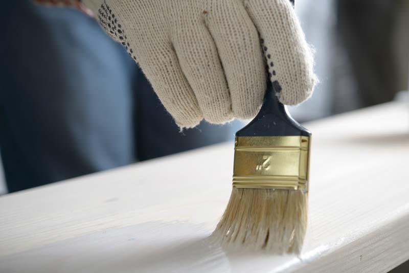 Jak pomalować parapet? Pędzlem, aby precyzyjnie nałożyć farbę w trudno dostępnych miejscach lub wałkiem dla uzyskania idealnie gładkiej powierzchni.