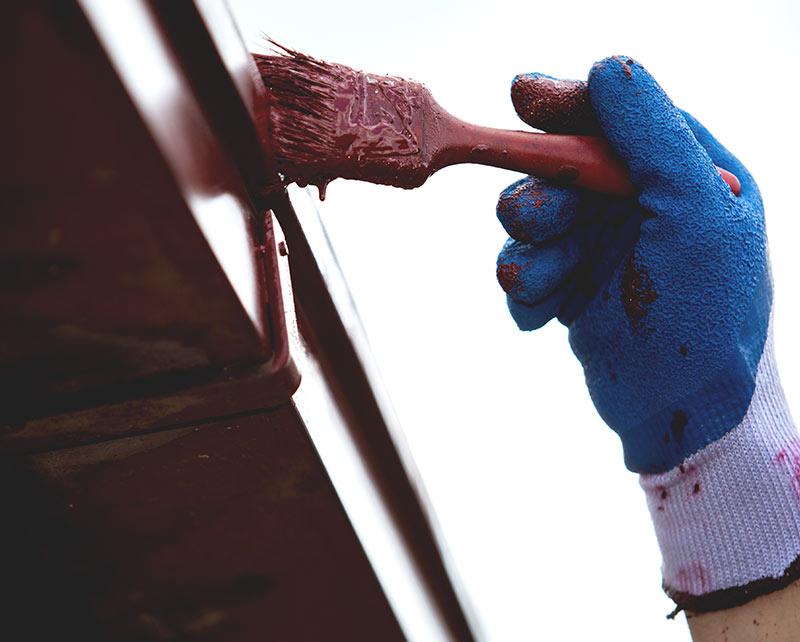 Malowanie elewacji to dobry moment, by poddać renowacji rynny, parapety, dach. Pomocna może być farba Eko-Lowicyn, wyróżniająca się doskonałą przyczepnością i trwałością koloru.