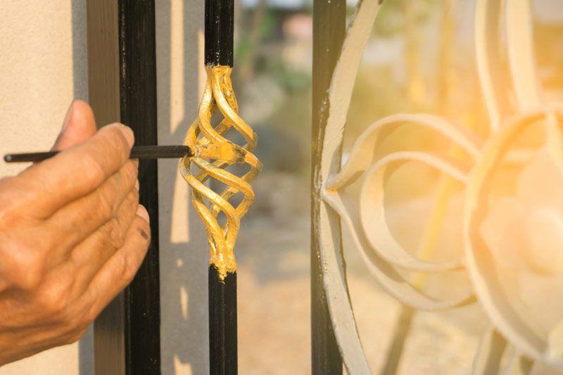 Dobra farba do ogrodzenia metalowego zapewnia antykorozyjne zabezpieczenie i wykończenie kolorystyczne, nadając niekiedy także wybraną strukturę malowanej powierzchni.