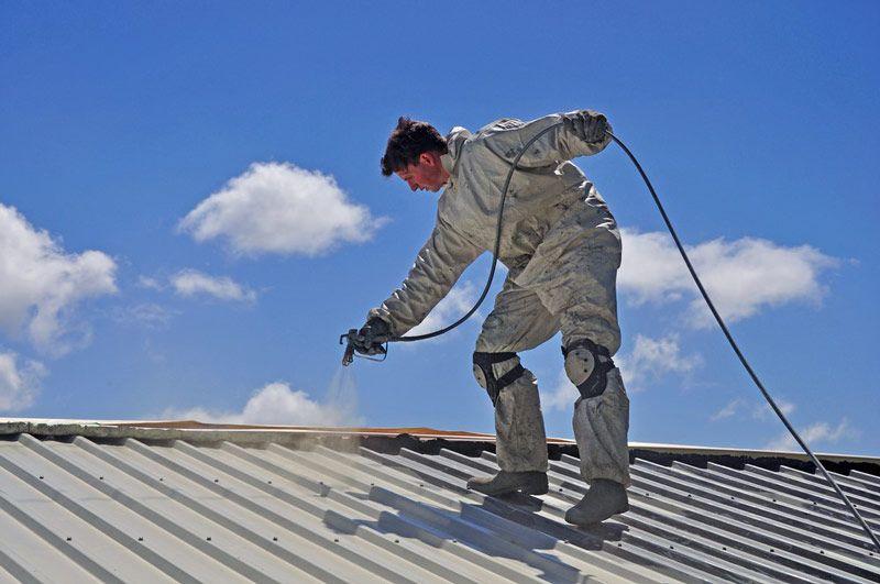 Ilość farby do blachy na dach powinna uwzględniać kształt pokrycia (np. blacha falista) i technologię malowania (np. malowanie natryskowe), które znacząco wpływają na zużycie farby.