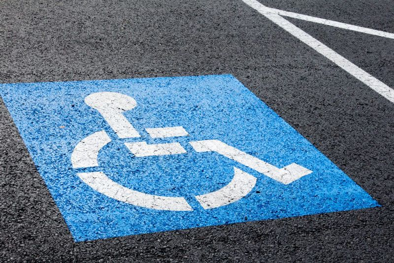 Informacyjne oznakowanie poziome miejsca dla niepełnosprawnych zawsze musi być w kolorach białym i niebieskim