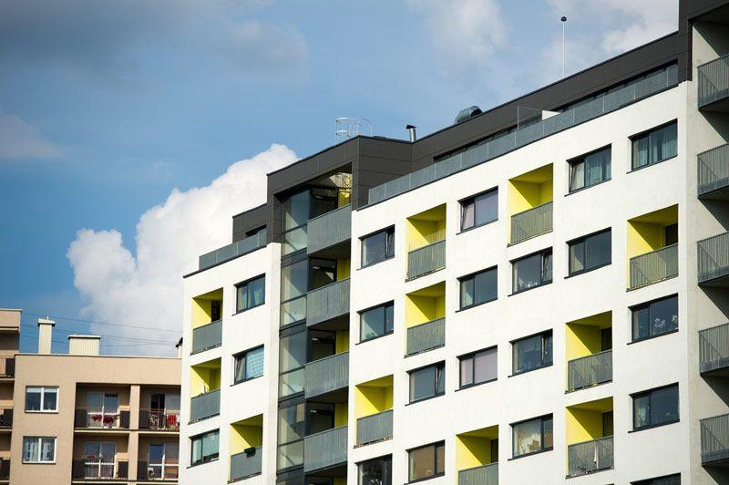 Jak pomalować balkon? Kontrastujące kolorystycznie elementy mogą niekiedy tworzyć harmonijną fasadę.