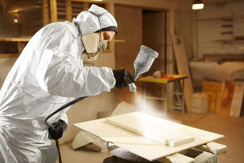 Kombinezon ochronny i maska z pochłaniaczem zapobiegają szkodliwemu działaniu na człowieka lotnych związków organicznych zawartych w farbach lub innych produktach.
