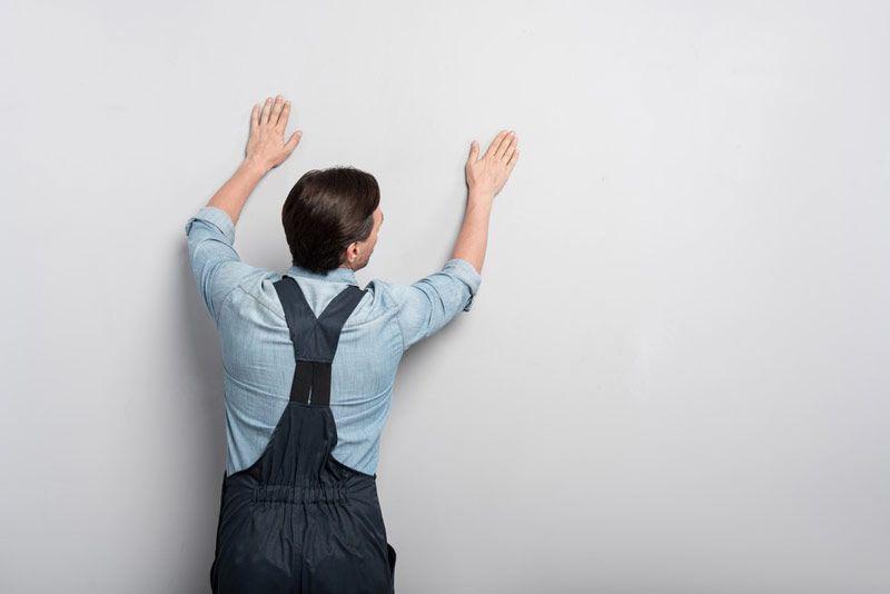 Próba wodna pozwala zorientować się, czy ściana pokryta jest farbą klejową. Jest tak, jeśli farba rozpuszcza się pod dotykiem zwilżonej wodą dłoni.