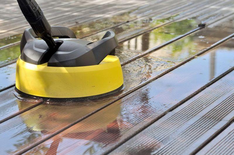 Przed położeniem farby tarasowej na drewno, konieczne jest umycie powierzchni. Przy użyciu specjalnej końcówki myjki do mycia tarasów, struktura drewna nie zostanie naruszona pod wpływem ciśnienia.