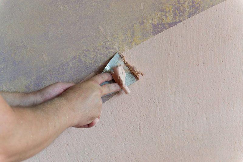 Usuwanie farby kredowej ze ścian szpachelką na mokro jest szybszą, mniej inwazyjną metodą niż zeskrobywanie powłoki bez wcześniejszego namoczenia