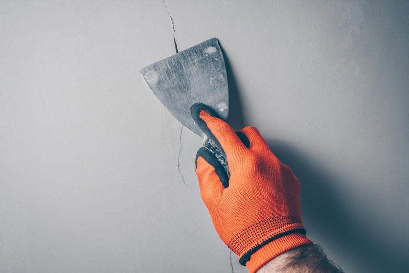 Fot. Przed zastosowaniem farby mostkującej rysy większe szczeliny w popękanej ścianie należy wypełnić elastyczną masą szpachlową.