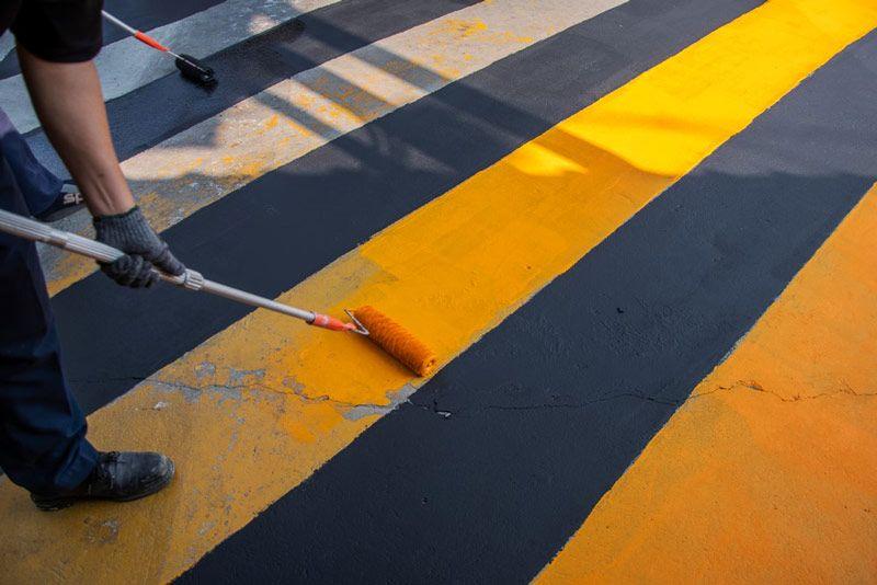 Do malowania posadzki w miejscach użyteczności publicznej warto użyć farby do betonu o właściwościach przeciwpoślizgowych, jakie ma na przykład FEG-B Polifarbu Łódź.
