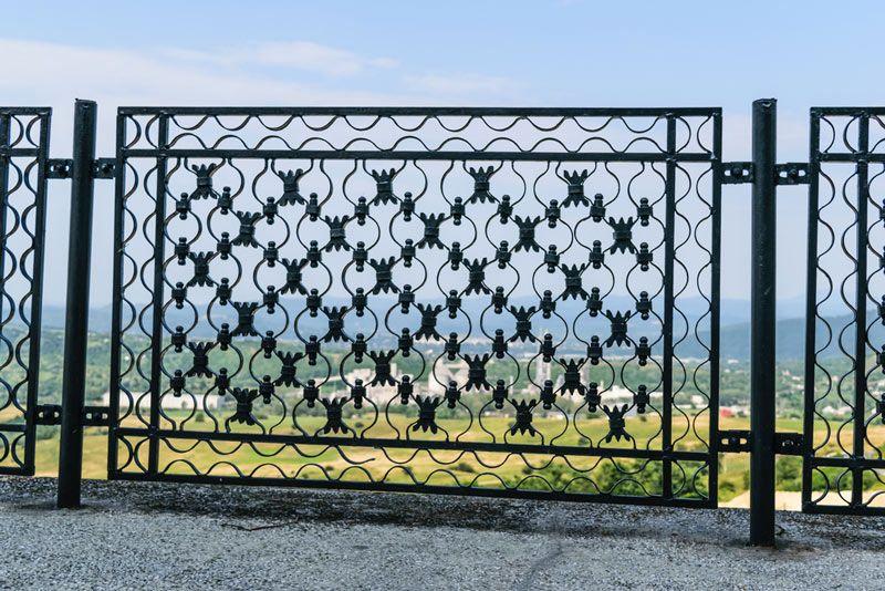 Fot. Konserwacja metalowych przęseł o bardzo skomplikowanym kształcie lub bogatej ornamentyce wymaga doboru precyzyjnych narzędzi.