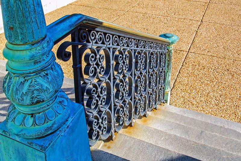 Fot. Piękna, metalowa barierka wymagająca konserwacji, którą można przeprowadzić przy użyciu farby do malowania ogrodzeń kutych.
