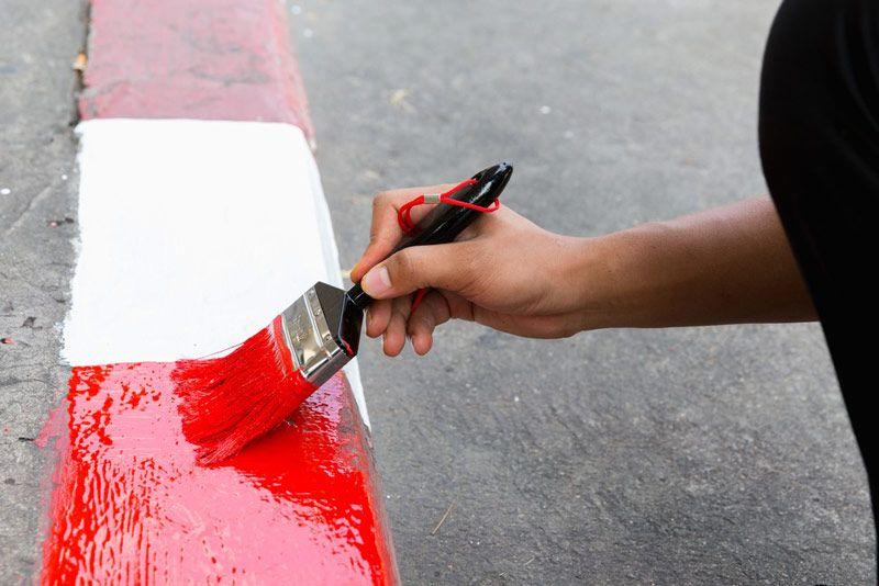 Posadzki betonowe i inne powierzchnie z betonu, które są intensywnie użytkowane, wymagają farb tworzących powłokę odporną na ścieranie.