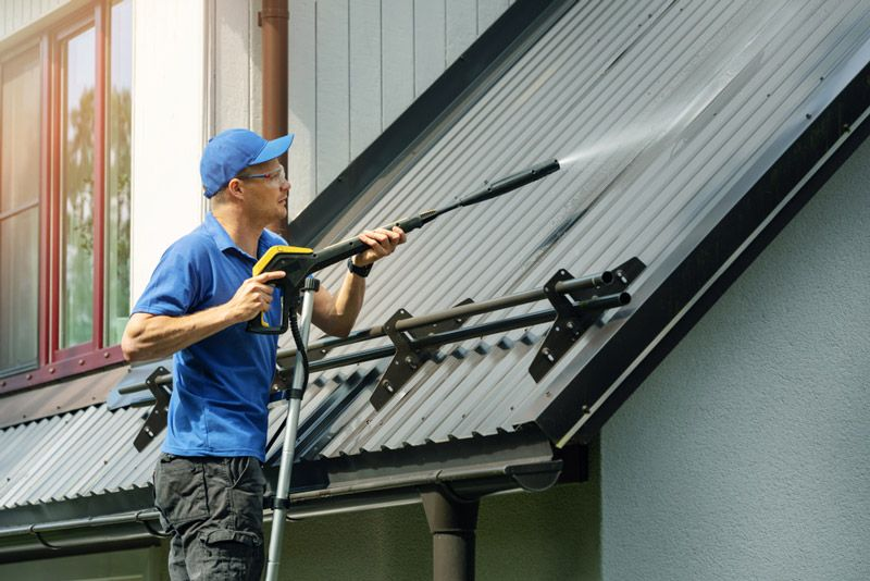 Umycie wodą pod odpowiednim ciśnieniem jest wystarczającym przygotowaniem przed malowaniem dachu z blachy ocynkowanej, jeśli powierzchnia ta malowana jest pierwszy raz i/lub nie jest skorodowana.