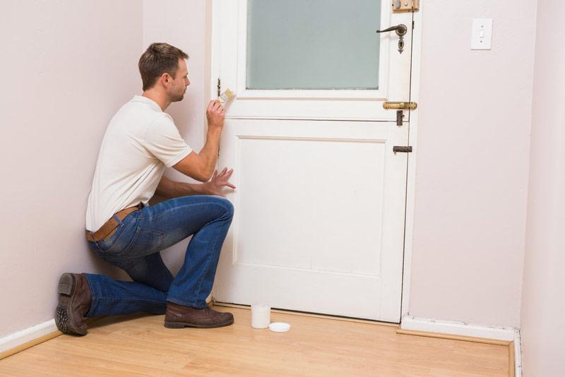 Czym pomalować okleinę na drzwiach?