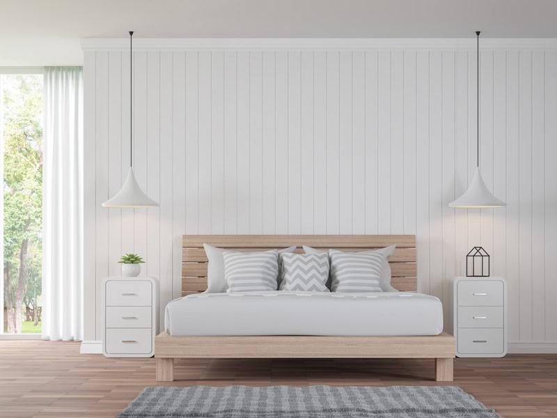 Pomalowana na biało stara boazeria w sypialni może nadać wnętrzu całkowicie odmienny, świeży charakter.